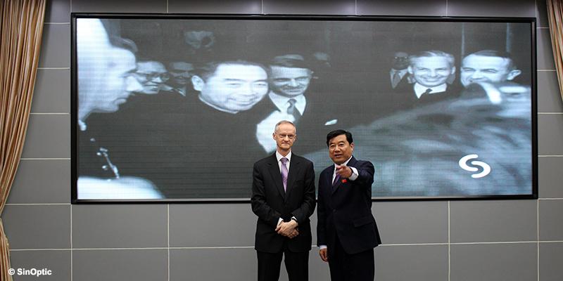 Remise de documents au Mémorial ZHOU Enlai, M. CHEN Ming, directeur du Mémorial, et le président de la SRSSC lors de la diffusion de l'extrait du Ciné-Journal suisse - Huaian, province du Jiangsu - 30 octobre 2017