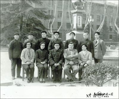 M. Simon CHAPPUIS avec ses étudiants du cours de français de l'Université des communications, Xi'an, mars 1984. À la droite de M. CHAPPUIS, M. CHENG Naijin, vice-président.
